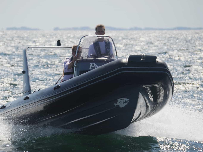 Hvor gammel skal man være for at få et speedbådsbevis?