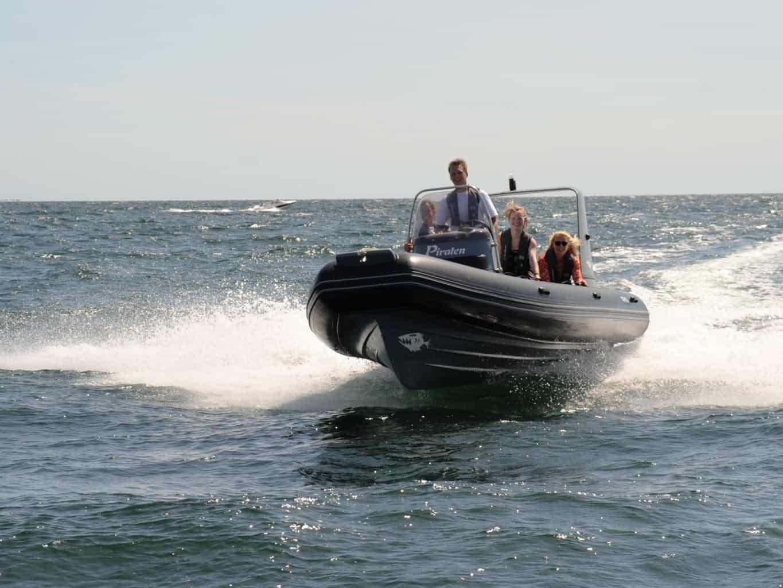 Hvornår skal man have speedbådscertifikat. Du kan læse det rigtige svar her på siden.