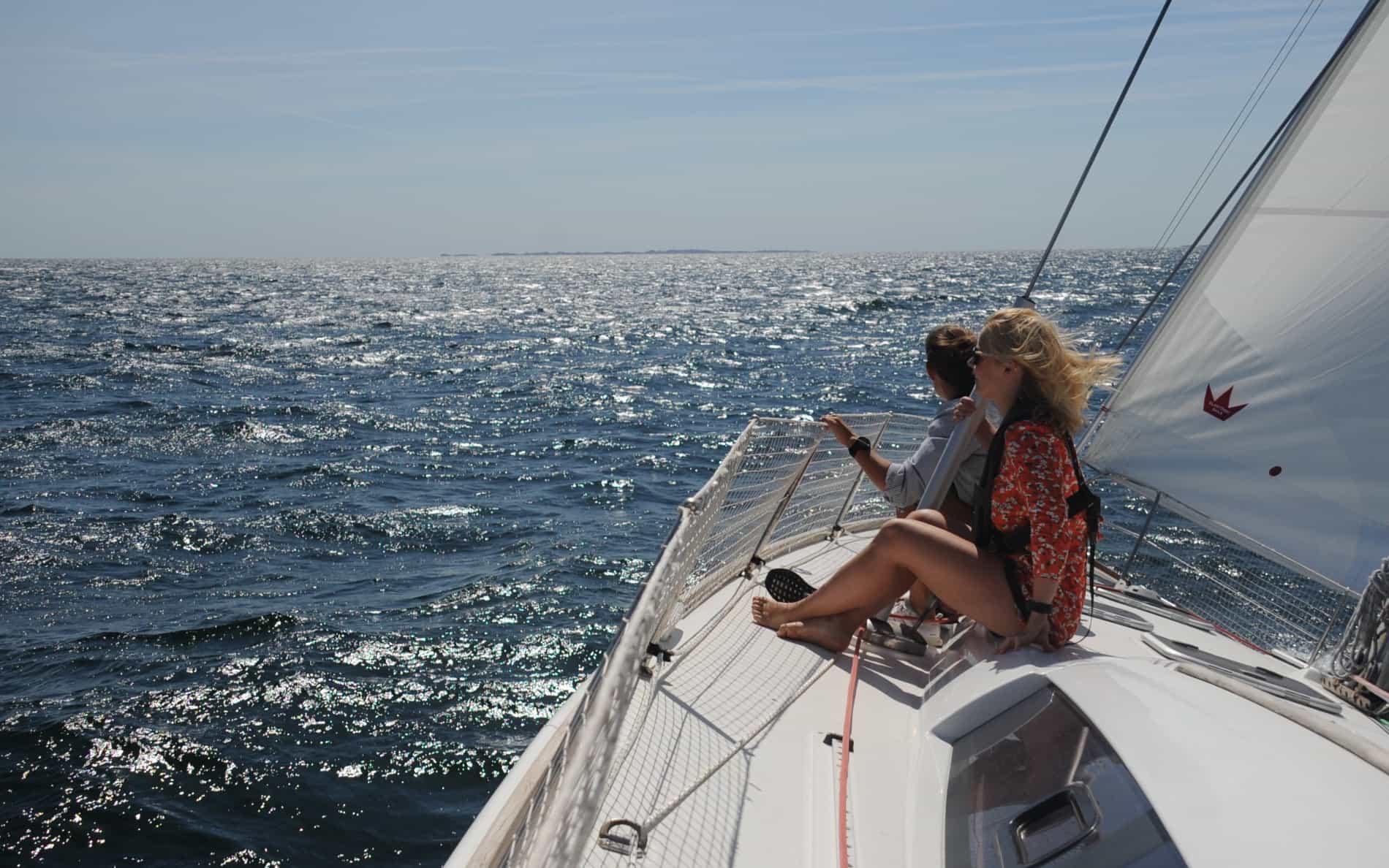 <div>Er drømmen en sejlferie Danmark rundt eller måske en tur over Øresund? Så er det et duelighedsbevis til sejlbåd, du har brug for.</div><p><br></p><p>Det tager kun en weekend at gennemføre duelighedsprøven i sejlads. Kurset inkluderer et lærerigt navigationselement, og duelighedsbeviset er gyldigt i flere lande. Det koster 1.950 kroner at tage et duelighedsbevis til sejlbåd hos Sailors.</p>
