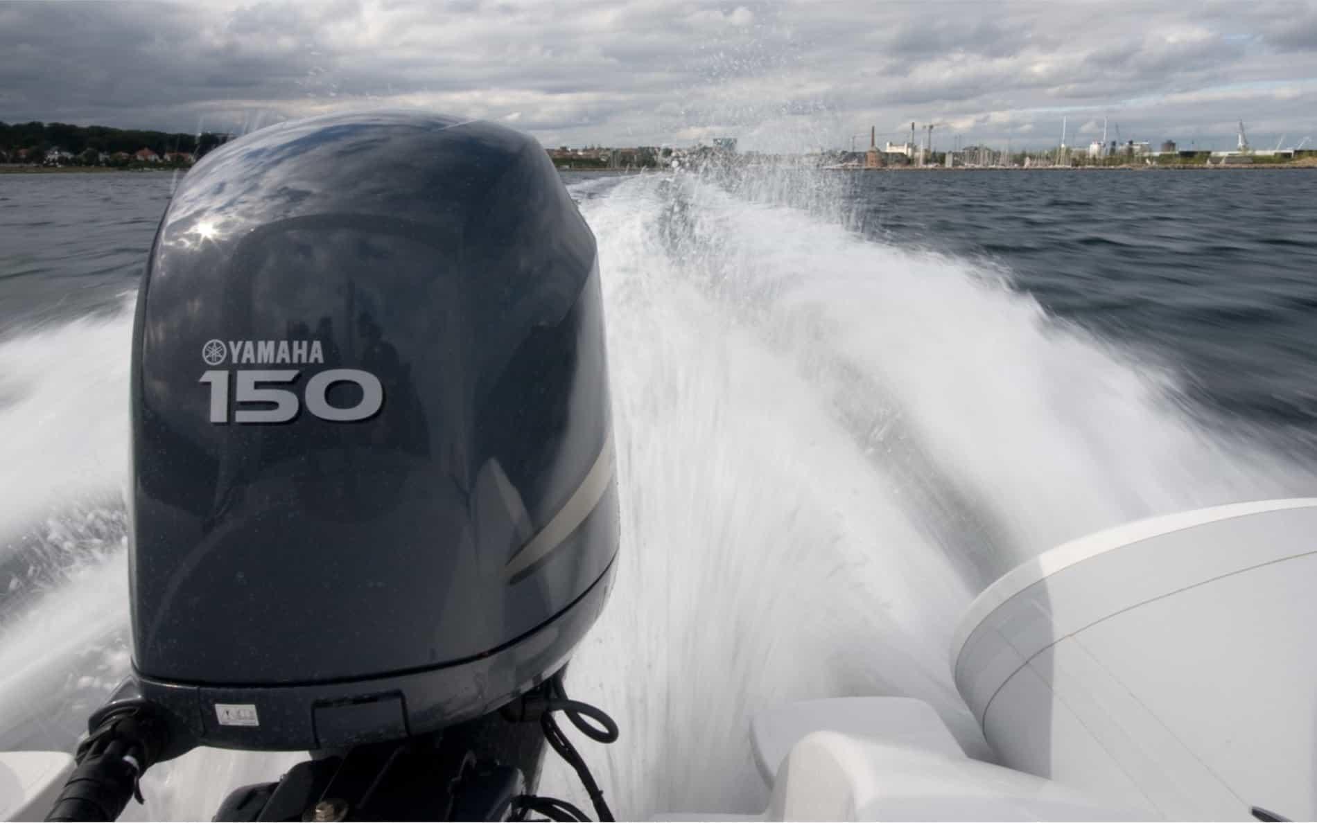 <div>Går du og drømmer om at sejle de danske farvande tynde i en lækker speedbåd? Så har du brug for et speedbådskørekort.</div><p><br></p><p>Med et speedbådskørekort kan du efter gældende dansk lov føre en større speedbåd i Danmark – og dit speedbådskørekort vil også gælde i mange andre lande. Et speedbådskørekort hos Sailors koster 950 kr.</p>
